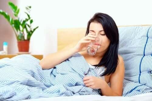 سيدة تشرب مياه في السرير - زيادة المخاط