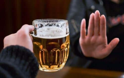 شخص يرفض شرب الكحول