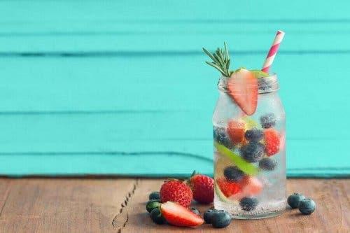 المشروبات بنكهة الفواكه المنزلية