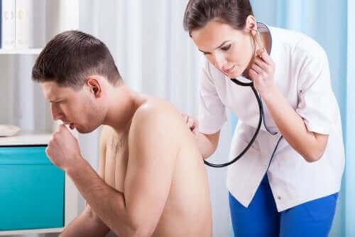 أسباب السعال - طبيبة تفحص شخص يسعل