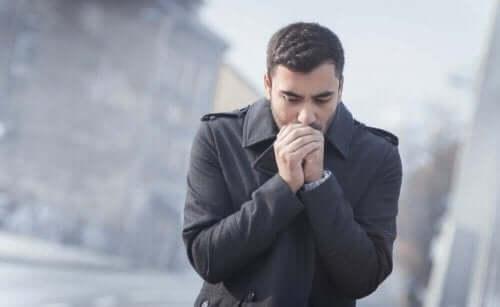 رجل يشعر بالبرد