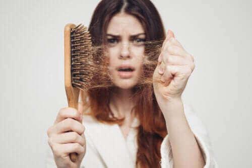 سقوط الشعر الموسمي: لماذا يحدث في فصل الخريف؟