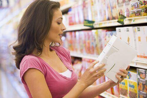 سيدة تقرأ المعلومات الغذائية على منتج