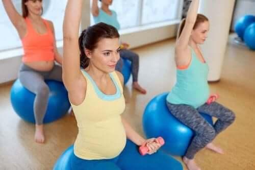 مجموعة من النساء الحوامل يتدربن