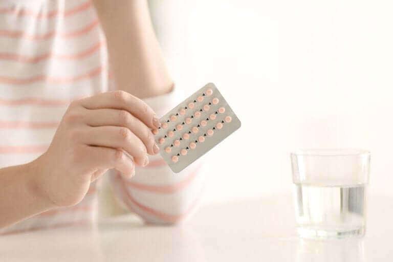 امرأة تأخذ أقراص منع الحمل