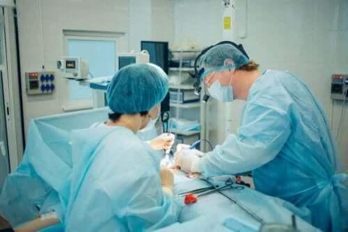 جراح يجري عملية - قطع القناة المنوية
