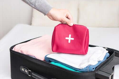 كيفية إعداد حقيبة الإسعافات الأولية الخاصة بالسفر