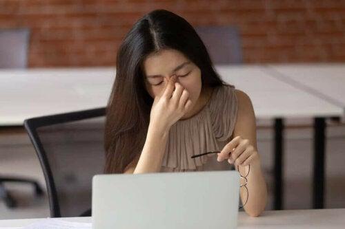 تأثير التعرض المستمر للشاشات الإلكترونية على الصحة البصرية