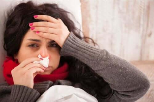 امرأة تعاني من أوجاع الجسم المنتشرة