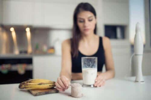 رياضية تتناول فاكهة الموز