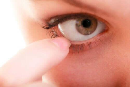 آلية تنظيف العين الذاتية