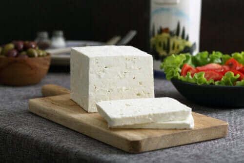 جبن الفيتا – كل ما تحتاج إلى معرفته عن هذا النوع من الجبن