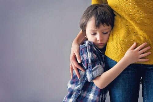 طفل يحتمي بوالدته