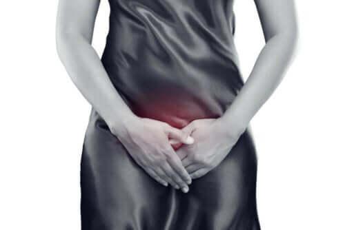 امرأة تعاني من التهابات المثانة