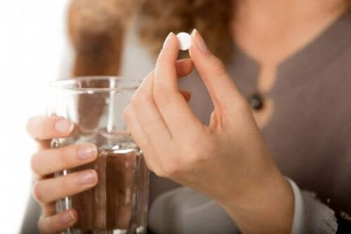 السيطرة على مرض كرون - سيدة تأخذ حبة دواء
