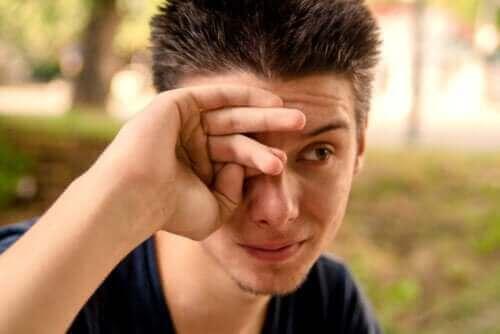 العيون الدامعة - ما هي مسببات الحالة؟