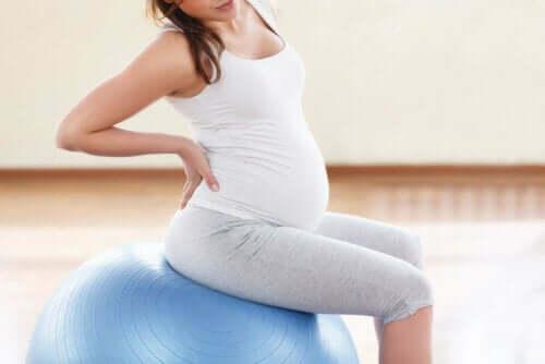 امرأة حامل تتدرب
