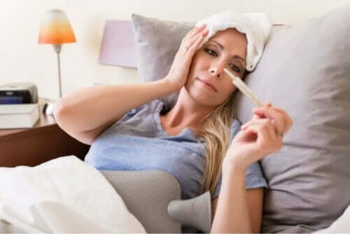 سيدة تعاني من حمى