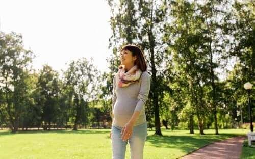 سيدة حامل تمشي - أحزمة البطن