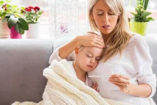 أم وطفلة مريضة