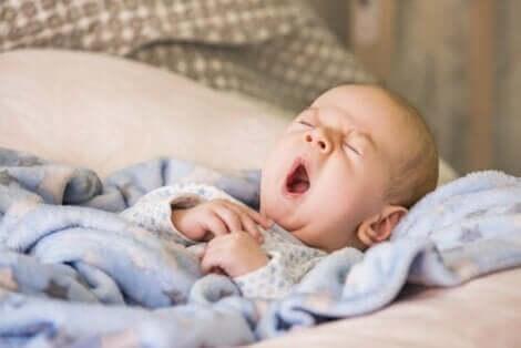 طفل يتثاءب