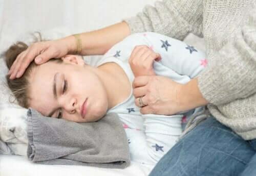 طفل يعاني من حمى