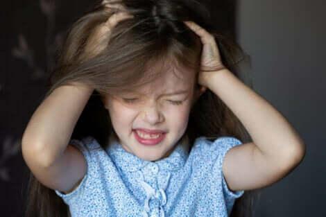 فتاة صغيرة تبكي