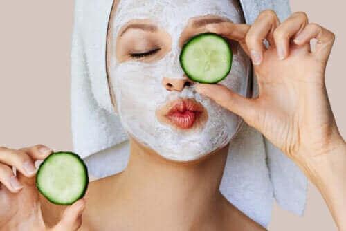 أقنعة الوجه - ما هي أنواعها وكيف تعمل على البشرة؟