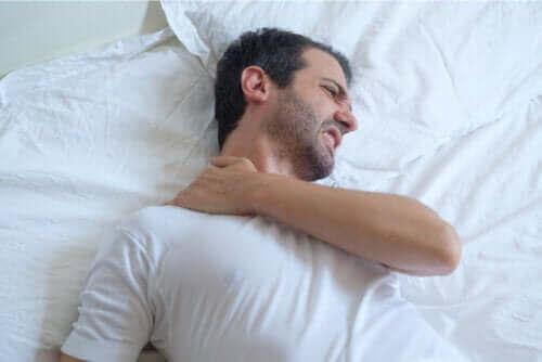 نصائح تساعدك على النوم إذا كنت مصابًا بالتهاب أوتار الكتف