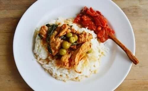 الدجاج والأرز المنقّع في حليب جوز الهند