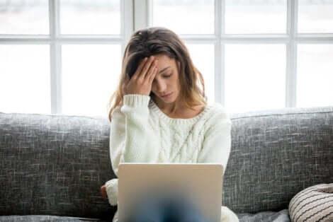امرأة تعاني من الضغط العصبي والوتر