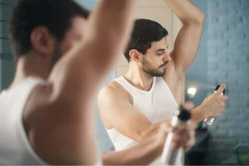 رجل يضع مضاد للتعرق للتخلص من رائحة الجسم الكريهة