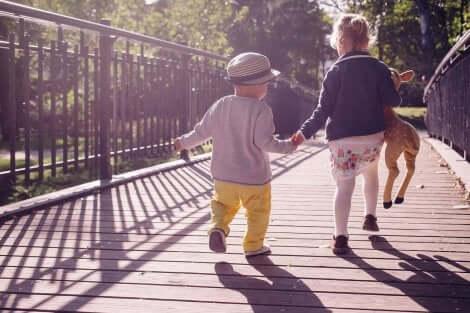 شجع طفلك على تعلم المشي