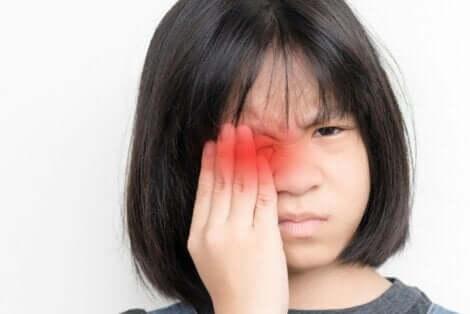 طفلة تعاني من ألم العينين