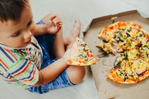 طفل يأكل بيتزا