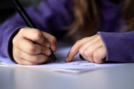 طفل يكتب