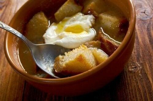 حساء الثوم القشتالي - اكتشف معنا هذه الوصفة الرائعة اليوم!