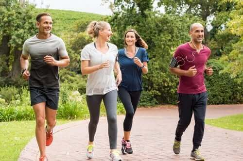 مجموعة أشخاص يركضون كنوع من الرياضة