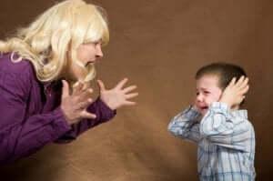 صراخ الأم على طفلها