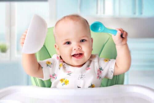 كل ما تحتاج إلى معرفته عن مرحلة تقديم الأطعمة الصلبة للأطفال
