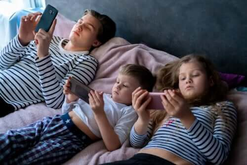 التعرض المفرط للشاشات الإلكترونية وتأثيره على الأطفال