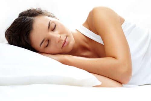امرأة نائمة - أعراض الألم العضلي الليفي
