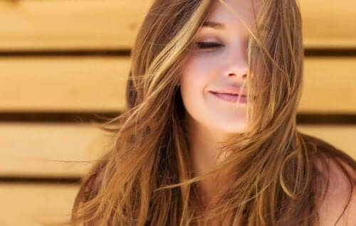 بنت شعرها جميل