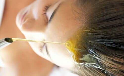 زيوت نباتية قد تساعد على ترطيب الشعر بفعالية