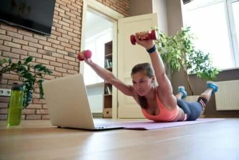 تمرين سوبرمان لتعزيز عضلات الظهر
