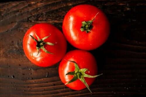 ثلاث حبات طماطم