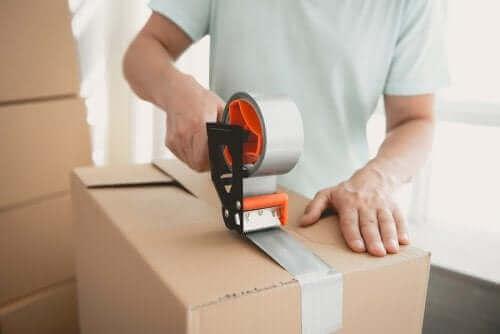 رجل يخزن أشياء في صندوق