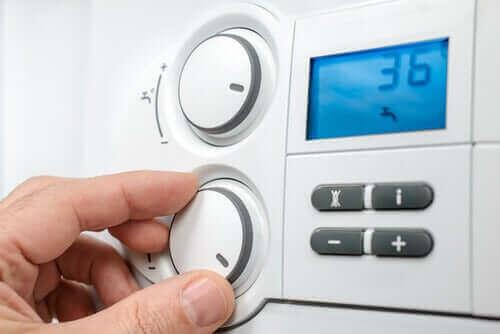 رجل يضبط درجة حرارة الغرفة - الأكزيما الشديدة