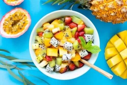سلطة الفواكه – 6 وصفات لذيذة لسلطة الفواكه بالأعشاب البرية