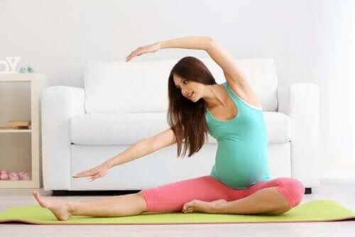 سيدة تتمرن - آلام العظام خلال الحمل